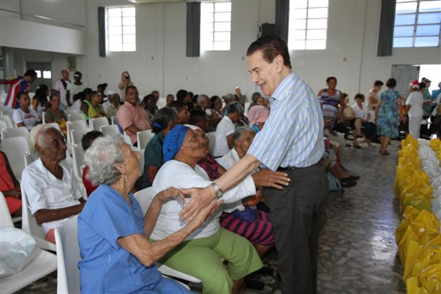 Divaldo Franco greeting the elderly residents at the Mansion of the Way.